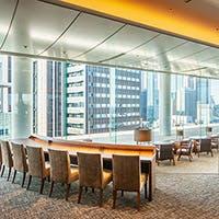 """新宿高層ビル群を望む""""アーバンビュー""""をじっくり愉しんでいただくくつろぎの空間"""