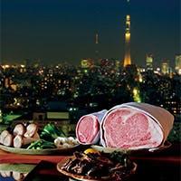 全席カウンター。窓の外には東京スカイツリーと東京の景色