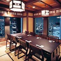 地上200メートルの高層ビルから夜景が一望できるフロア席や様々な個室をご用意