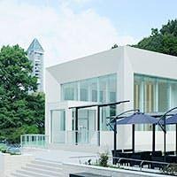 大自然の緑に囲まれた白いレストラン「RESTAURANT STRIA」