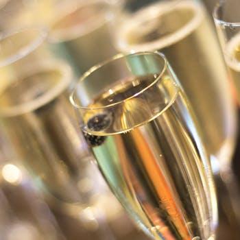 ピエール・エルメ・パリのアフタヌーンティー+グラスシャンパーニュ1杯(お席のご利用は2時間となります)