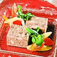 コース料理と季節ごとの旬な食材が豊富に揃うアラカルトの黒板メニュー