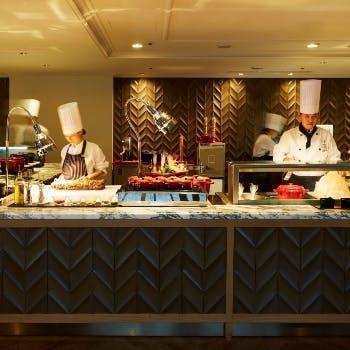 【平日限定特別価格】岩塩を使った焼きしゃぶや揚げたて天ぷら、握り寿司など70種食べ放題!