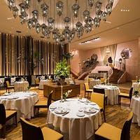 印象的なランプのシャンデリアが煌く優雅な空間