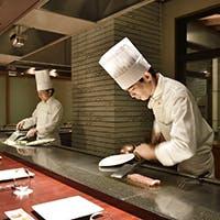 全席カウンター、料理人の華麗な手さばきをお客様の目の前で