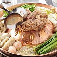 ジューシーな国産豚たっぷりの焼き鍋と和食創作料理を堪能