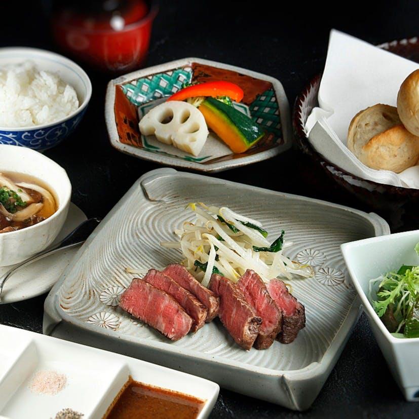 日本料理のみならず、鉄板焼・寿司とお好みのお料理を堪能できます