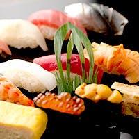 北海道はじめ各地より仕入れた旬の天然魚貝を使った、「GRILL」&「鮨」が自慢