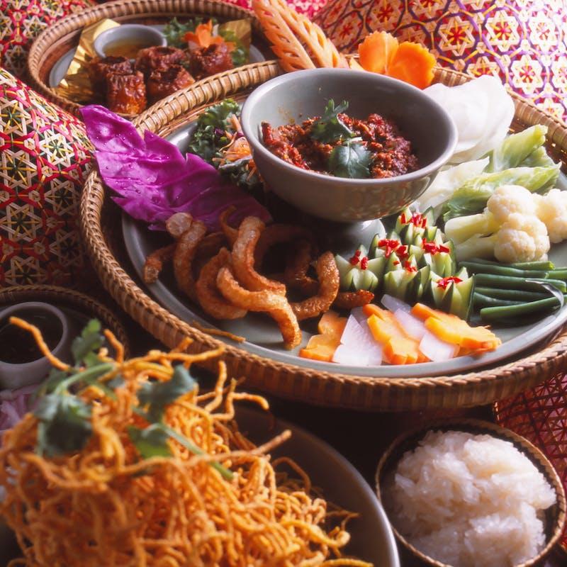 【タイ正月ソンクラン】生海老、タイ北部カントーク、魚鍋、イベリコ豚や大型伊勢海老等7品+90分飲み放題