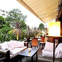 東京唯一のビーチサイドレストランの開放的で洗練された空間
