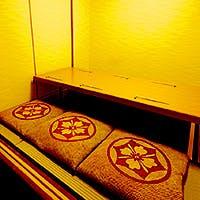 新橋駅から徒歩4分、檜の一枚板を使ったカウンター席と接待におすすめの個室を完備