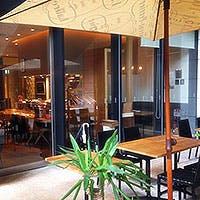 カジュアルで明るい雰囲気の小さなレストラン