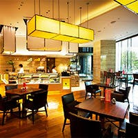 コンテンポラリーラグジュアリーな異空間漂うホテルに居心地の良い店内