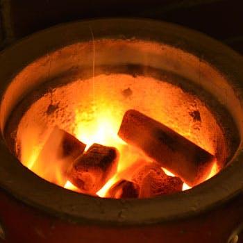 専用の鍋と炭火で焼き上げる風味豊かなジンギスカン