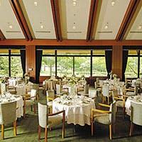 豊かな森のリゾート『ホテルニドム』のメインダイニング ヨーロッパシャレー(山荘)風レストラン