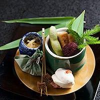 新鮮な魚介や肉、京野菜や有機野菜などを厳選し、季節感を大切にした料理を提供