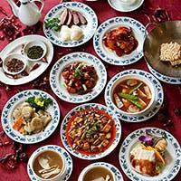 レストランスペースで旬の食材や中華四川料理のフルコースを堪能する。