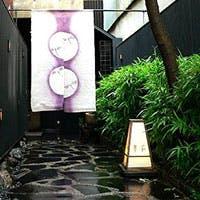 丸太町通ぞいの小さな路地を入っていけば、そこは京の大人の隠れ家「酒菜 石慶」