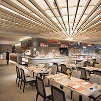 相模湾を望む緑豊かなリゾートホテルの1階に位置する開放的な空間