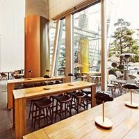 シーンやスタイルによって使い分けられる店内席、バーカウンター、テラス席