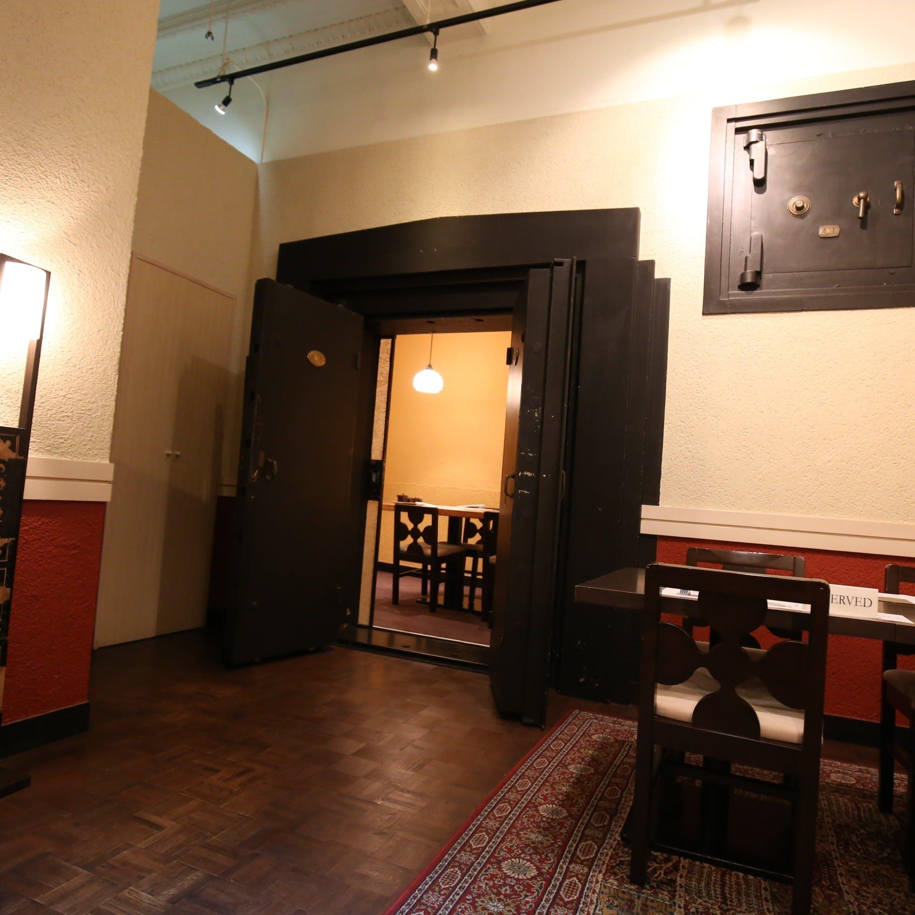 日本最古の金庫メーカー竹内製造の物。金庫室の中で食べる八十八の料理は格別です。