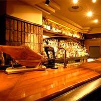 綺麗にディスプレイされたカウンター越しのお酒の数々、語り合うに最高の雰囲気を演出