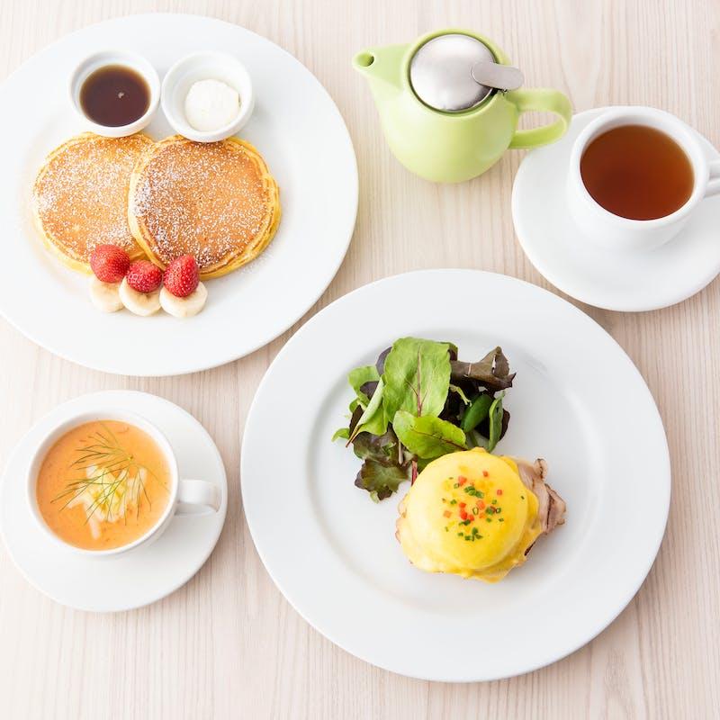 【ハーフ&ハーフ】エッグベネディクトとパンケーキorフレンチトーストなど+1ドリンク