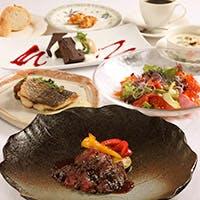 カジュアル・フレンチをベースに、美味しい料理とお酒を楽しめる空間を提供する