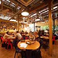 臨場感あふれるオープンキッチンと天井高6mの空間を活かした開放的な空間
