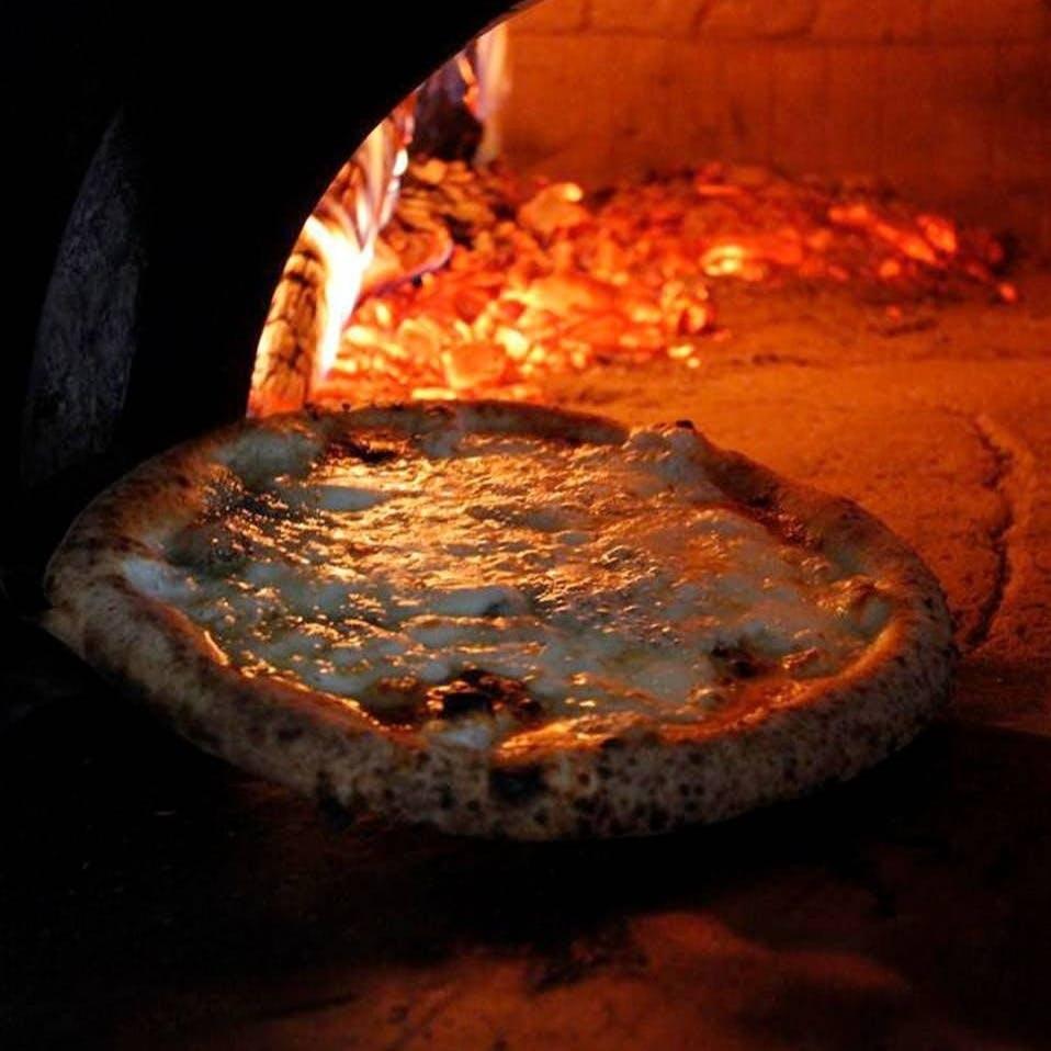 ご注文頂いてから石窯で焼き上げる熱々のピッツァが自慢