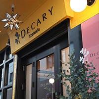 """山吹色と茶の鮮やかな外観、遊び心ある内装と存在感ある""""DECARY""""がお出迎え"""