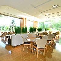 ホテルならではの上質なサービスと、外の緑溢れる景色に和む癒しの空間
