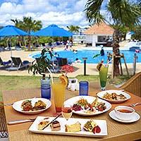 きらめくサンゴ礁の海に囲まれたブッフェレストラン