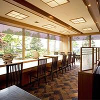 風情豊かな日本庭園に面し、目の前には富山城址公園が望める癒しの空間