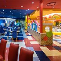 カラフルな色彩とポップアートで構成されたアメリカンテイストあふれるレストラン