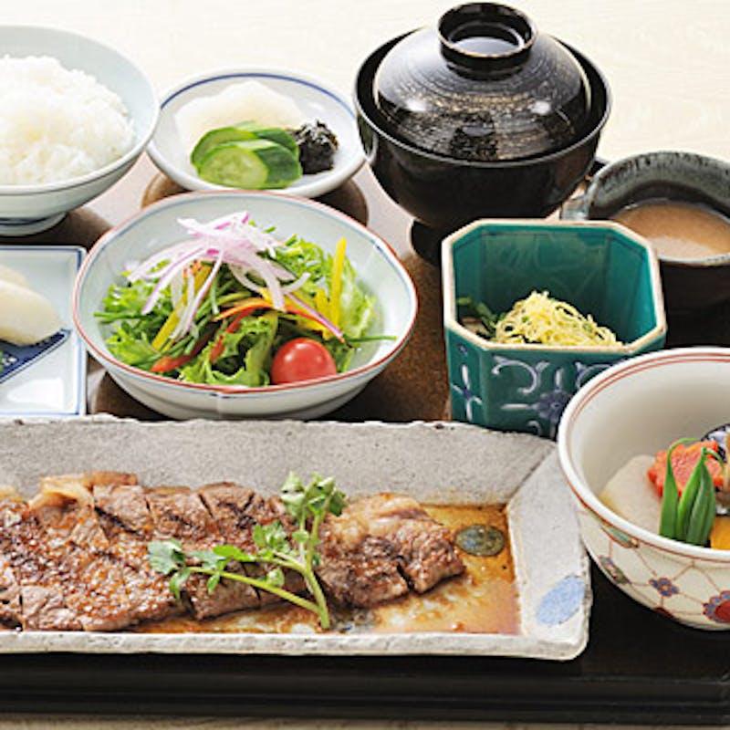【国産牛ロース肉の網焼き定食】小鉢、生野菜、焚合、ご飯など