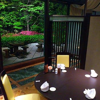 美しい庭園を眺めながら、円卓を囲む至福のひととき