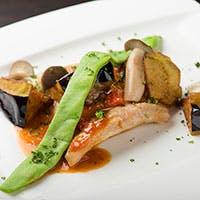 イタリアンとフレンチを基調とし、お客様の目の前で料理を仕上げる洋風割烹スタイル
