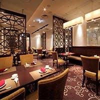 中国の桃源郷をモチーフにしたシックで優雅な店内 臨場感あふれるテーブルサービスも