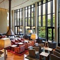ホテルの中心、緑あふれるパティオに面し、中央に暖炉を設えた寛ぎの空間