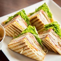 ハンバーガーやサンドウィッチなど軽食メニューの他に、魅惑のデザートも充実
