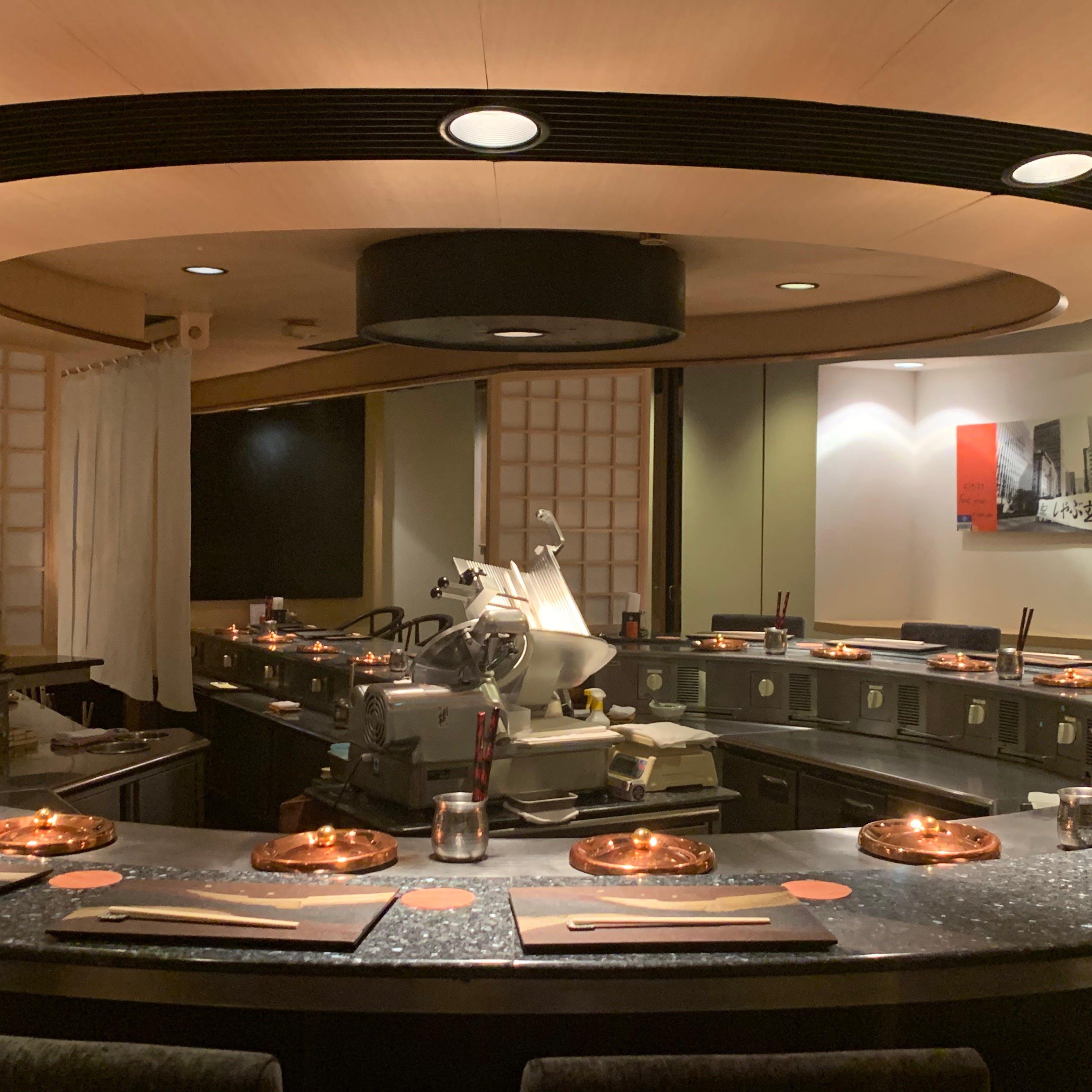 赤坂のモダンなカウンタースタイルの空間で優雅なひとときを