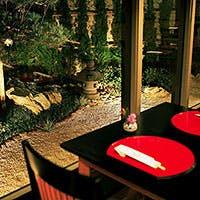 日本庭園を眺めながらの舌鼓は格別、ゆったりとした空間が味わえる店内