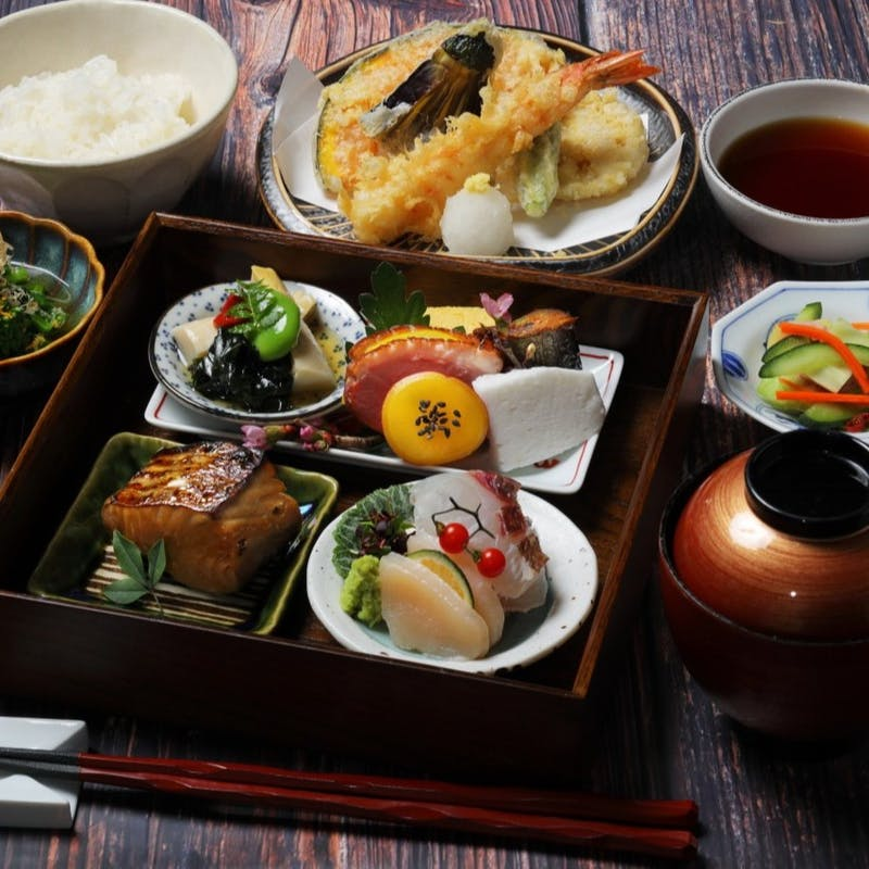 【季節の松花堂】旬のお刺身や天ぷらなど素材を生かした和食御膳+1ドリンク(土日祝日限定)