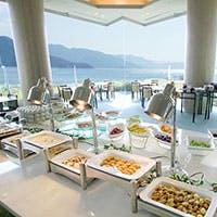 ホテルガーデンの緑と瀬戸内海に臨む広々とした店内は団体さまでのご利用にも最適