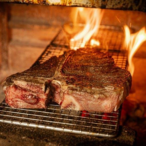 """ステーキを焼くのに最も適した""""炉窯""""で焼き上げる絶品ステーキ"""