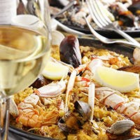 季節の食材を生かしたタパスや人気のパエリアなどをお気軽に