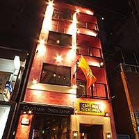 銀座6丁目の路地裏に佇む、ピンクの外壁が目印の一軒家バール&レストラン