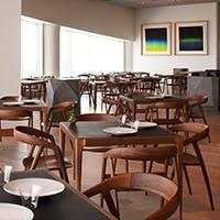 六本木ヒルズ森タワー最上階。ゲストの目と舌を魅了する天空のレストラン。
