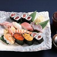 新鮮な魚介をふんだんに使った、海鮮蒸し寿司や笹の香り豊かな創作寿司